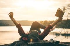 Vrouwentoeristen gelezen boeken stock foto's