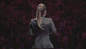 Vrouwentoespraak op handelsconferentie voor managers stock footage