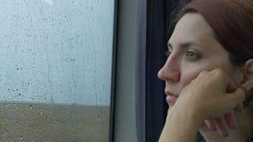 Vrouwentrein die op Regenachtige Dag reizen stock footage