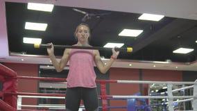 Vrouwentreinen in de gymnastiek stock video