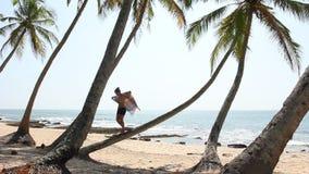 Vrouwentribune op palm stock videobeelden