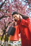 Vrouwentribunes met papieren zakken en het spreken op de telefoon Royalty-vrije Stock Afbeeldingen
