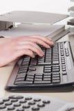 Vrouwentypes op het toetsenbord Stock Afbeelding