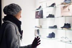 Vrouwenvenster het winkelen Stock Foto's