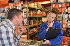 Vrouwenverkoper die klant helpen royalty-vrije stock foto