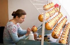 Vrouwenverven met de ballen van borstelkerstmis Royalty-vrije Stock Fotografie