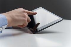 Vrouwenvingers over moderne tablet met het lege scherm Stock Afbeelding
