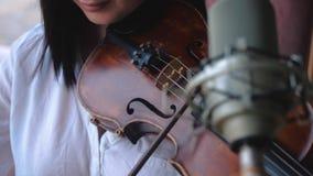 Vrouwenviolist die de viool spelen stock videobeelden
