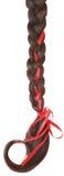 Vrouwenvlecht die met een rode boog wordt verfraaid die op wit wordt geïsoleerd. Royalty-vrije Stock Afbeelding