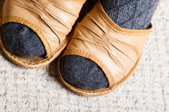 Vrouwenvoeten met sokken in pantoffels thuis royalty-vrije stock foto's