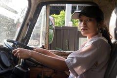 Vrouwenvrachtwagenchauffeur in de auto Stock Foto