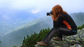Vrouwenwandelaar die een foto nemen stock video