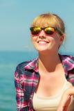Vrouwenwandelaar het ontspannen op overzeese kust Royalty-vrije Stock Afbeelding