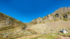 Vrouwenwandelaar op de weg in de Franse Pyrenee?n royalty-vrije stock fotografie