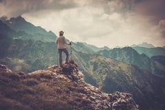 Vrouwenwandelaar op een berg Royalty-vrije Stock Afbeeldingen
