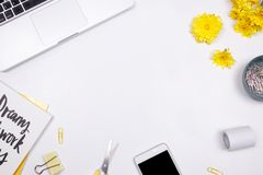 Vrouwenwerkruimte met laptop, met de hand geschreven geel citaatnotitieboekje, Royalty-vrije Stock Afbeeldingen