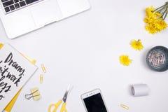 Vrouwenwerkruimte met laptop, met de hand geschreven geel citaatnotitieboekje, Stock Foto's