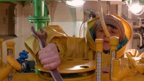 Vrouwenwerktuigkundige die mechanismen in motorcompartiment herstellen van drijvend schip Rijp vrouw gebruikend reparatiehulpmidd stock footage