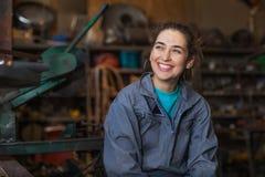 Vrouwenwerktuigkundige in een workshop royalty-vrije stock foto's