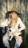 Vrouwenzitting als voorzitter met kat en een kanon Royalty-vrije Stock Foto's