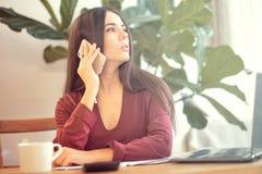 Vrouwenzitting bij het bureau en het spreken op de telefoon de werknemersonderbreking, bureauwerknemer wordt afgeleid van het wer royalty-vrije stock afbeeldingen