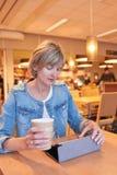 Vrouwenzitting in de koffie Stock Foto