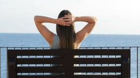 Vrouwenzitting in een bank en het ontspannen stock video