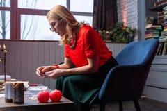 Vrouwenzitting in leunstoel en huis en het voorspellen van toekomst met kaarten royalty-vrije stock fotografie
