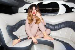 Vrouwenzitting in limousine royalty-vrije stock fotografie