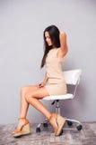 Vrouwenzitting op bureaustoel met backpain royalty-vrije stock fotografie