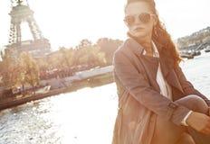 Vrouwenzitting op de verschansing en het onderzoeken van afstand in Parijs Royalty-vrije Stock Foto's