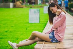 Vrouwenzitting op een bamboebrug royalty-vrije stock fotografie