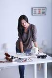Vrouwenzitting op een bank in haar huis met camera Royalty-vrije Stock Foto