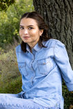 Vrouwenzitting op het Gras stock afbeeldingen