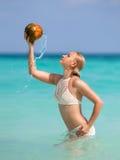 Vrouwenzitting op het witte het zandstrand van Zanzibar ` s Stock Foto's