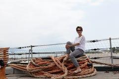 Vrouwenzitting op kabel stock fotografie