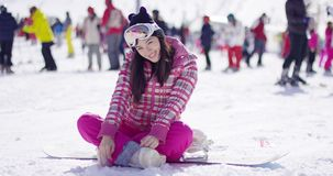 Vrouwenzitting op snowboard stock video