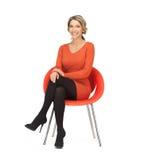 Vrouwenzitting op stoel stock foto