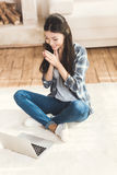 Vrouwenzitting op tapijt en het slaan van handen stock afbeelding
