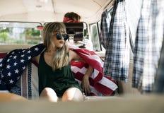 Vrouwenzitting in Van Covered met Amerikaanse Vlag royalty-vrije stock foto's