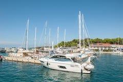 8 28 2012 Vrsar Хорватия Койка для кораблей Удить в Адриатическом море стоковые изображения