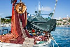8 28 2012 Vrsar Хорватия 2 матроса очищают уловленных рыб Удить в Адриатическом море стоковое фото rf