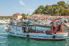 8 28 2012 Vrsar Хорватия 2 матроса очищают уловленных рыб Удить в Адриатическом море стоковая фотография rf