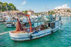 8 28 2012 Vrsar Хорватия 2 матроса очищают уловленных рыб Удить в Адриатическом море стоковые фото