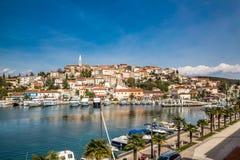Vrsar-Dorf mit Kirchen-Turm-Istria, Kroatien stockfotos