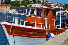 Vrsar, Istria/Croazia - 27 giugno 2011: Piccolo peschereccio bianco e marrone nel porticciolo di Vrsar fotografia stock libera da diritti