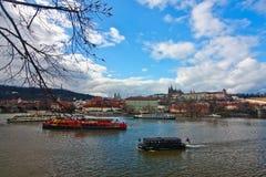 Vårsikt av den Prague slotten Arkivbilder