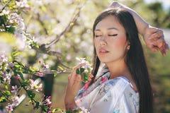 Vårstående av den härliga asiatiska flickan Arkivbilder