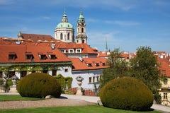 Vrtba arbeta i trädgården den Vrtbovskà ¡ zahradaen, Lesser Town, Prague Royaltyfri Bild