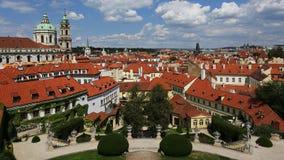 从Vrtbovska庭院,普拉哈,布拉格,捷克共和国的教会圣尼古拉斯 库存照片